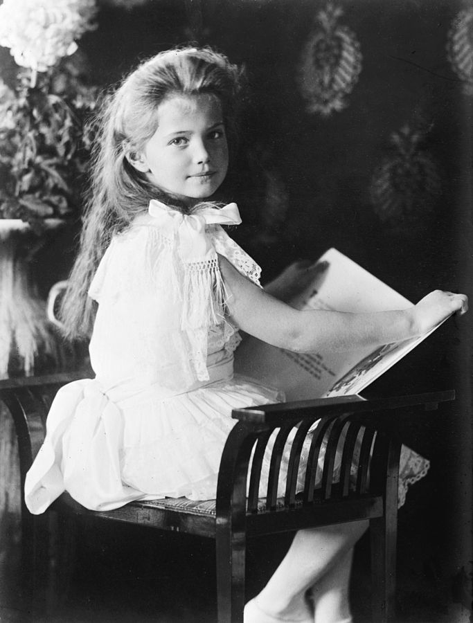 Grand_Duchess_Marie_with_book_1906